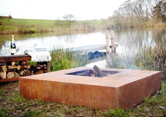 Ein echtes Highlight - quadratische Feuerschalen aus Cortenstahl
