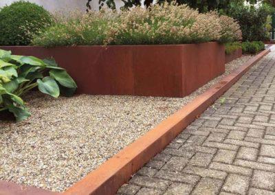 Klare Grenze – Auffällige Kanten markieren diesen Vorgarten