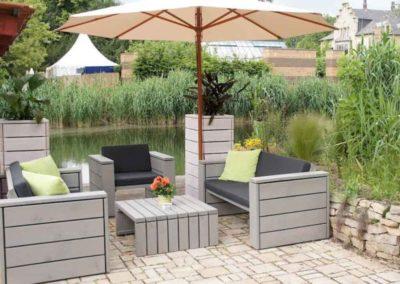 Entspannt sitzen – Großzügige Loungemöbel aus Douglasienholz