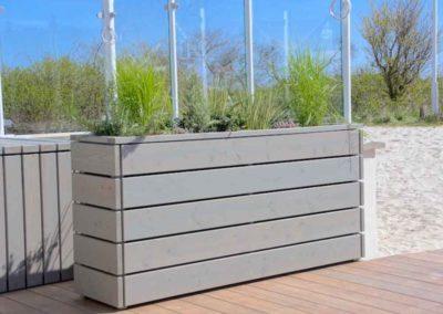 Grüner Raumtrenner – Pflanzkübel aus graulasierten Douglasienholz