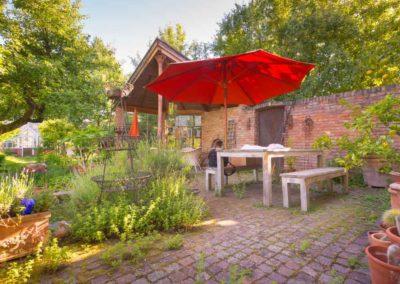 Gemütlich – Ein schattiges Sitzplätzchen im wilden Garten