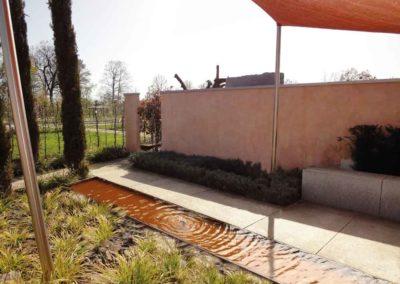 Deluxe – Bodentiefes Wasserbecken kombiniert mit Schiefer und Gräsern