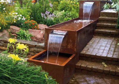 Künstlicher Wasserfall – Kaskaden aus Cortenstahl sind ein wahrer Hingucker