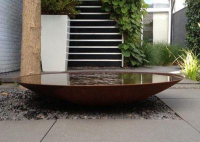 Moderne Gestaltung – Wasserschale, Kies & Gräser im Einklang