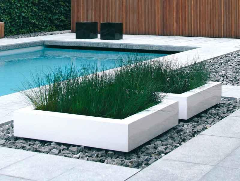 Klare Formen und eine reduzierte Farbwahl prägen diese Gartengestaltung